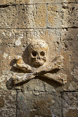 Skull and crossbones on wall - p1165m1441839 by Pierro Luca
