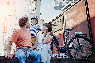Familie mit eBikes in Hamburg - p300m1356363 von Roger Richter