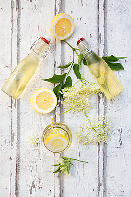 Homemade elderflower sirup, lemon slices, leaves and elderflower - p300m2004466 von Larissa Veronesi