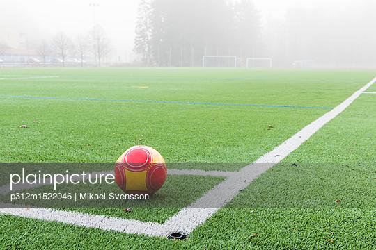 plainpicture | Photo library for authentic images - plainpicture p312m1522046 - Ball on soccer field corner - plainpicture/Johner/Mikael Svensson