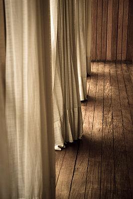 Verlassener Raum mit Vorhängen - p1170m1111614 von Bjanka Kadic