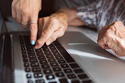elderly woman with hearing problems using technology at home, Madrid / Spain - p300m2300074 von Jose Carlos Ichiro