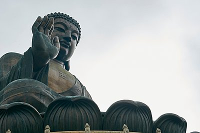 Big Buddha, Lantau Island, Hong Kong, low angle view - p429m1062858 by Gu