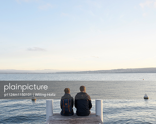Paar sitzt auf einem Steg am Genfer See - p1124m1150101 von Willing-Holtz