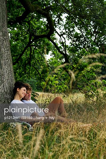 Junges Paar unter dem Baum - p1212m1159189 von harry + lidy