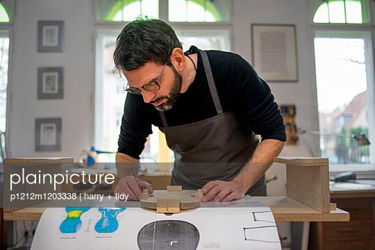 Geigenbauer beginnt Neubau einer Geige in der Werkstatt - p1212m1203338 von harry + lidy