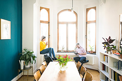 Couple relaxing in stylish apartment - p300m2084032 by Steve Brookland