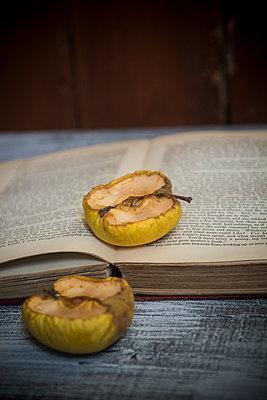 Alte Äpfel auf einem alten Buch - p794m2031129 von Mohamad Itani