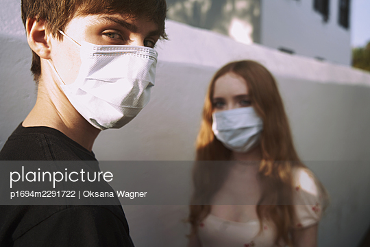 Teens wearing a face mask - p1694m2291722 by Oksana Wagner