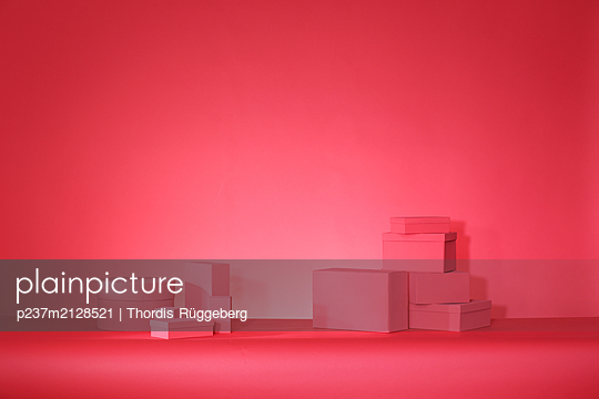 Red boxes on red background - p237m2128521 by Thordis Rüggeberg