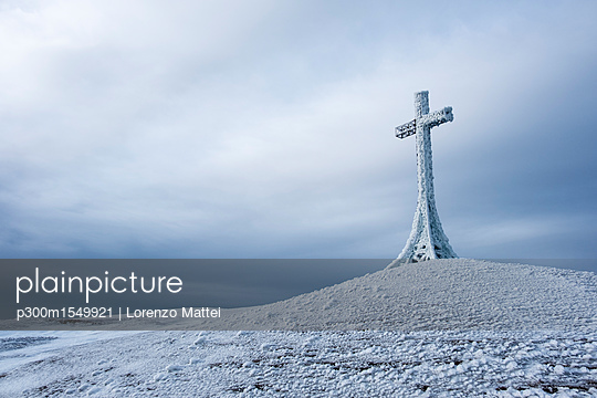 Italy, Marche, summit cross on Monte Catria in winter - p300m1549921 by Lorenzo Mattei