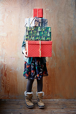 Girl holding Christmas presents - p312m1522062 by Anna Kern