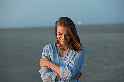 Happy young woman right beside the sea - p341m1480712 by Mikesch