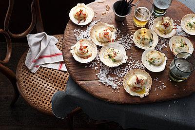 Scallops in shells on table - p429m1207001 by BRETT STEVENS