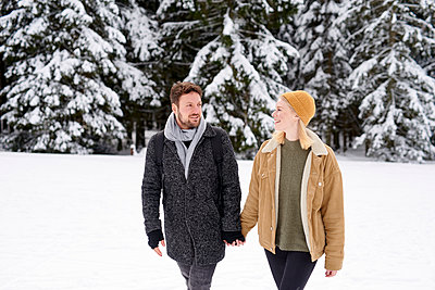 Young couple goes for a winter walk - p1124m1589296 by Willing-Holtz