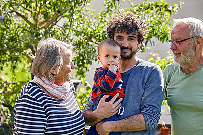 Family in the garden, portrait - p1146m2187862 by Stephanie Uhlenbrock