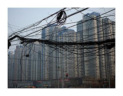 Kabelgewirr und Hochhäuser - p416m1056936 von Till Leeser
