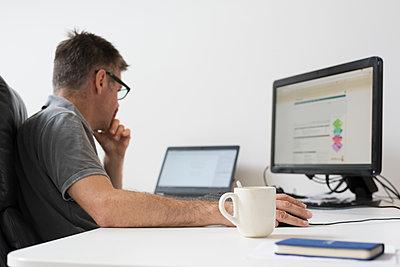 Man in office using computer - p429m1477769 by Mischa Keijser