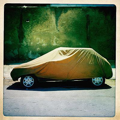 Auto unter einer Plane auf einem Hof - p819m972602 von Kniel Mess