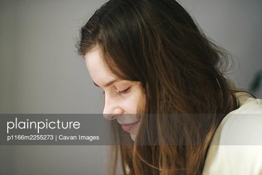 Portrait of smilling woman at home - p1166m2255273 by Cavan Images