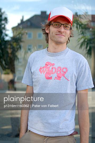 Junger Mann mit Baseballmütze, Portrait - p1316m1160362 von Peter von Felbert