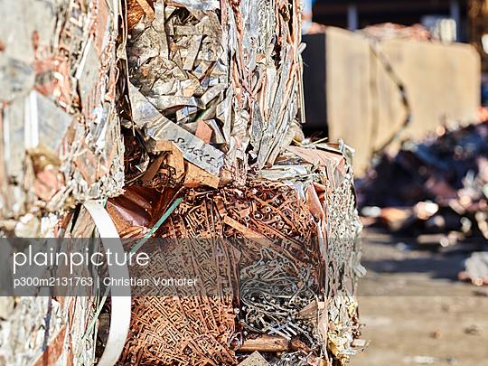Austria, Tyrol, Brixlegg, Close-up of pressed electronic scrap - p300m2131763 by Christian Vorhofer