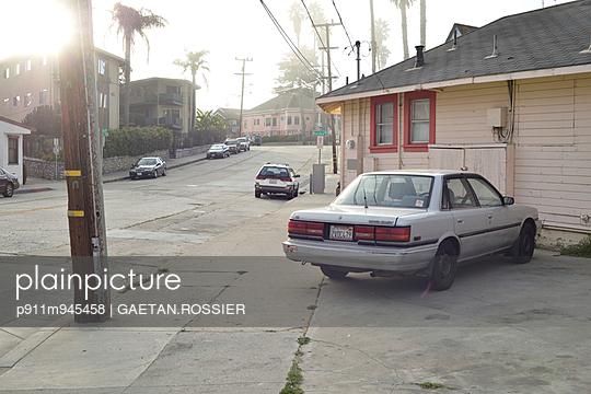 Street in Santa Cruz - p911m945458 by Gaëtan Rossier