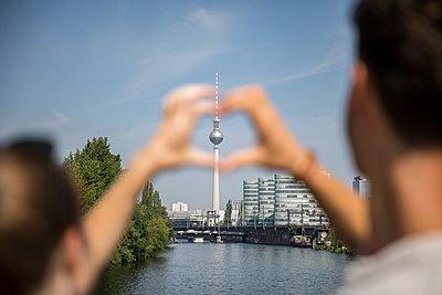 Junges Paar in Berlin - p276m2115060 von plainpicture