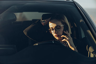 Young blond businesswoman using smartphone in the car - p300m2160251 by Mikel Taboada