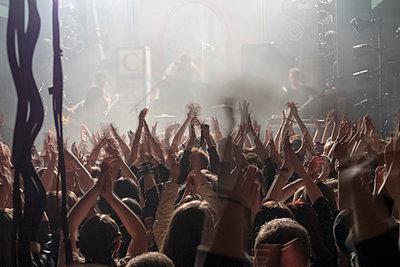 Menschen klatschen beim Konzert - p347m1138348 von Georg Kühn