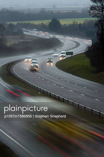 Autos auf einer nassen Autobahn unterwegs - p1057m1586856 von Stephen Shepherd
