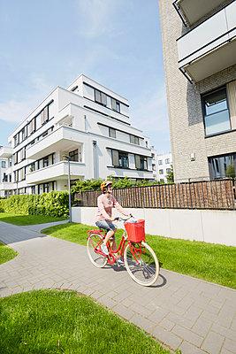 mit dem Fahrrad durch die Stadt - p464m1423671 von Elektrons 08