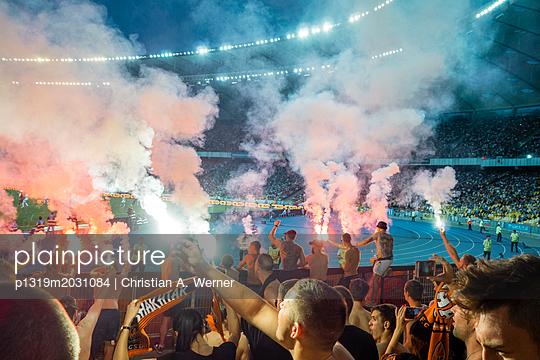 Donezk-Fußball-Ultras und Pyrotechnik - p1319m2031084 von Christian A. Werner