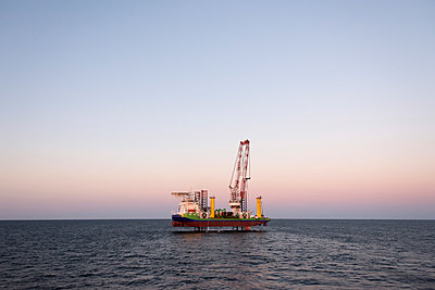 Jack Up Vessel bei der Installation von Fundamenten für Windkraftanlagen - p1079m1092222 von Ulrich Mertens