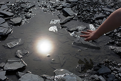 Hand am Wasser - p1308m1332351 von felice douglas