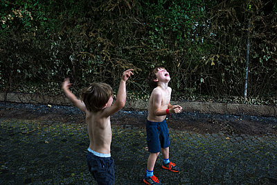 Jungs im Sommerregen - p1308m2222757 von felice douglas