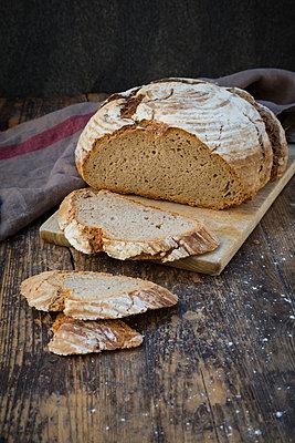Homemade sourgough rye bread on chopping board - p300m1587496 by Larissa Veronesi