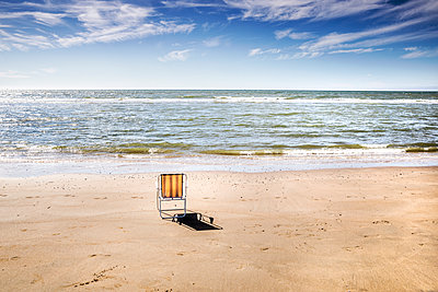 Netherlands, Zandvoort, empty chair on the beach - p300m2023905 by Jo Kirchherr