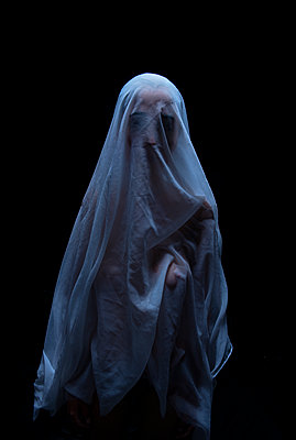Woman under transparent veil - p427m1195674 by R. Mohr