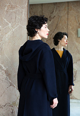 Frau in blauem Wintermantel - p873m2071066 von Philip Provily