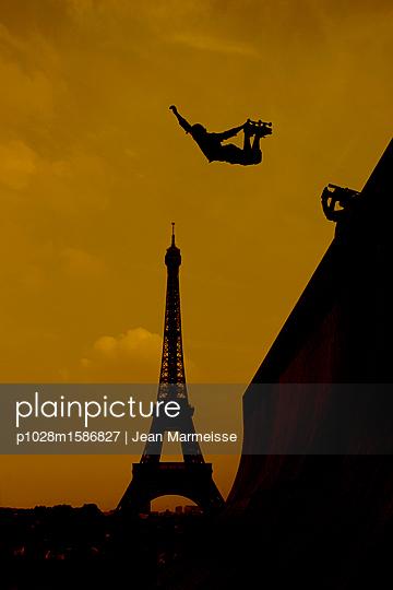 Skateboarder, Paris, France - p1028m1586827 von Jean Marmeisse