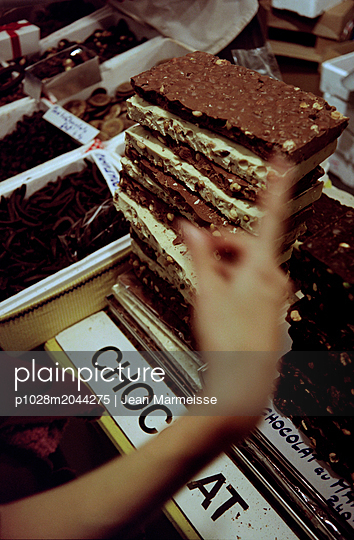 Woman buying chocolate, Paris Chocolate Show, Paris, France - p1028m2044275 von Jean Marmeisse