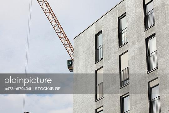 Kran hinter Mehrfamilienhaus, München, Bayern, Deutschland - p473m670404f by STOCK4B-RF