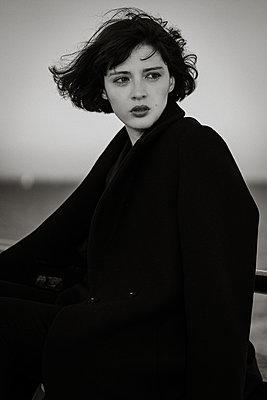 Frau in schwarzem Mantel, Portrait - p1474m2173490 von Yuriy Orgakov