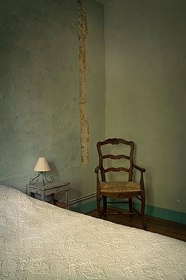 Schlafzimmer in Südfrankreich - p470m1207949 von Ingrid Michel