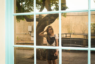Reflection of woman in shop window - p924m1422720 by Raphye Alexius