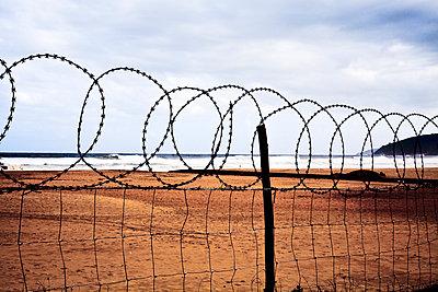 Stacheldraht, Südafrika - p075m1025524 von Lukasz Chrobok