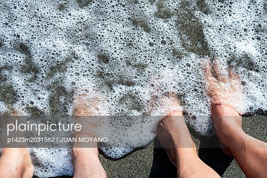 Feet on the beach - p1423m2031582 by JUAN MOYANO