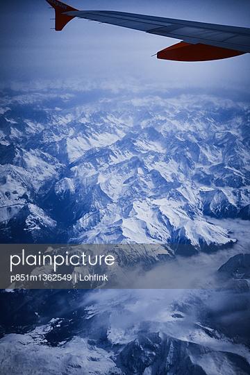 Blick aus dem Flugzeugfenster - p851m1362549 von Lohfink
