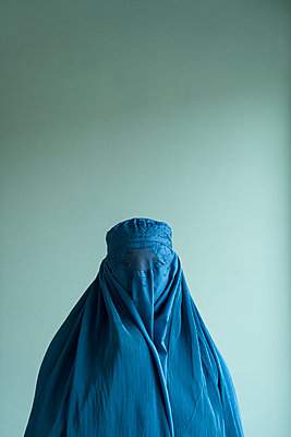 Young woman wearing Burka - p427m2092562 by Ralf Mohr